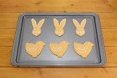 Iced Easter biscuits in bunny and chick shapes  — Stock Photo