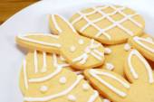 Close up of frosted Easter cookies on a plate — Stock Photo