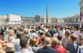Saint Peter's Square full of people and tourist waiting for pope Francis. on Agoust 19, 2013 in Vatican City, Vatican. — Stock Photo