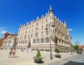 LEON, SPAIN - AUGUST 22: Tourist visiting Botines Palace in Leon, Spain on August 22, 2014. Botines palace was built by famous spanish architect Antoni Gaudi between 1891 and 1894. — Stock Photo