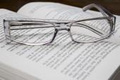 Glasögon på bok — Stockfoto