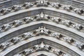 Figures on the arch of the portal in Barcelona cathedral — 图库照片