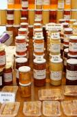Different kinds of honey for sale on a market — Stockfoto