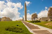 "Obelisk ""Hero city Minsk"" and Belarusian Great Patriotic War Mus — Stock Photo"