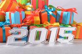 2015 rok stříbrné postavy na pozadí dárků — Stock fotografie