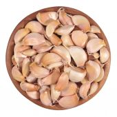 Garlic cloves in a wooden bowl on a white — Stock Photo