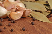 Garlic, bay leaves and peppercorns — Stock Photo