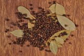 Heap of bay leaves and peppercorns — Stock Photo