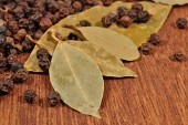 Bay leaves and peppercorns — Stock Photo