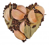 Garlic, bay leaves and peppercorns in the form of heart on a whi — Stock Photo
