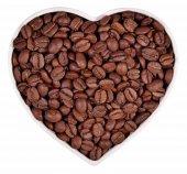 Kawa w tablicy w formie serca na białym — Zdjęcie stockowe