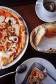 Draufsicht einer scheibe der pizza in platte auf einen tisch im restaurant — Stockfoto