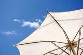 Ombrello bianco e cielo blu — Foto Stock