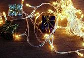 Satz der Weihnachts-Geschenk-Boxen mit Licht auf Holz. — Stockfoto
