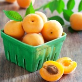 Fresh apricots in bowl — Stock Photo