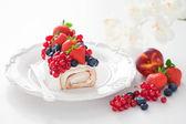 Rouleau de gâteau avec des baies fraîches — Photo