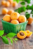 Frische aprikosen in schüssel auf tisch — Stockfoto