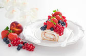 Cake roll with fresh berries — Stock Photo