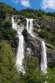 Twin waterfall cascading down a mountainside — Stock Photo