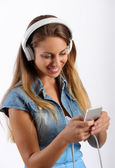 Young girl listening to music on an MP3 player — Stock Photo