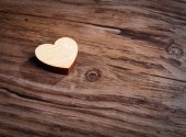 Herz auf hölzernen Hintergrund — Stockfoto
