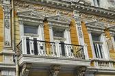 Oude gerenoveerd gebouw met rijke decoratie in Ruse stad — Stockfoto