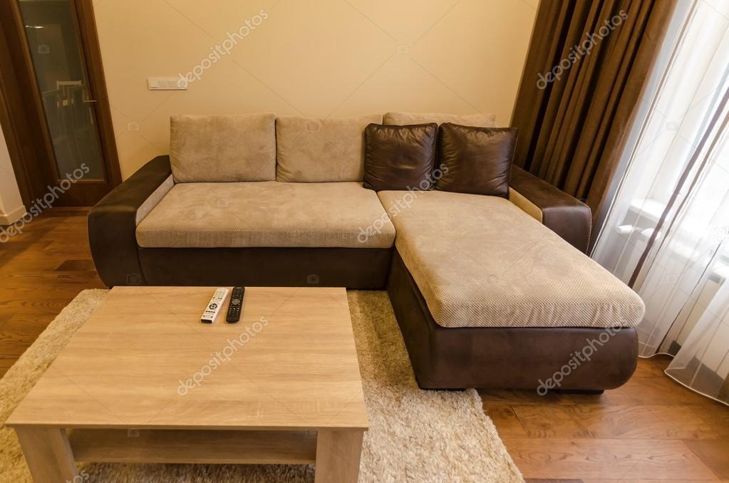 Sala de estar no novo apartamento renovado com moderna iluminação ...