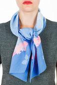 Lenço de seda. Lenço de seda azul em volta do pescoço, isolado no fundo branco. — Fotografia Stock