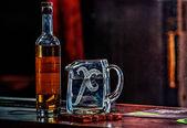 Brocca di acqua e la bottiglia di whisky — Foto Stock