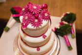 Tacky wedding cake — Stock Photo