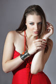 красивая молодая женщина в красном платье — Стоковое фото