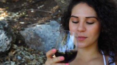 Jonge vrouw smaken rode wijn — Stockvideo