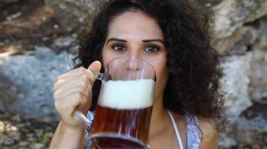 Junge Frau schmeckt Bier — Stockvideo
