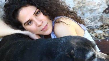 Junge Frau mit einem alten Hund — Stockvideo