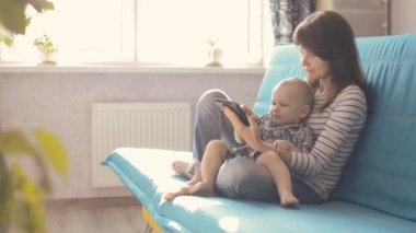 Vrouw met tablet pc en baby — Stockvideo