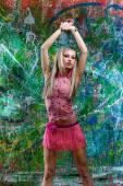 Chica sexy posando de graffiti arte — Foto de Stock