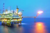 Oil and gas platform in the gulf or the sea, Offshore oil and rig construction Platform — Stock Photo
