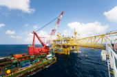 Large crane vessel installing the platform in offshore,crane barge doing marine heavy lift installation works in the gulf or the sea — Stockfoto