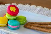 Coloridos macarons en mesa, tradicional francés macarons colores, dulces macarons. — Foto de Stock