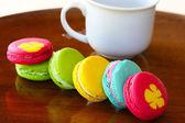 Colorful macarons set on table, traditional french colorful macarons ,Sweet macarons. — Stock Photo