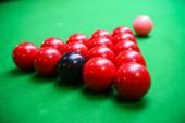 斯诺克台球球上斯诺克台球,斯诺克或池上绿色的桌子,国际体育游戏. — 图库照片