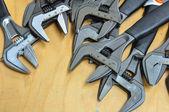 Ensemble d'outils à main sur un fond en bois, outils de clé ou clé à Pipe de dur labeur. — Photo