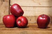 Fresh red apples on wooden background, Healthy fruit background. — Zdjęcie stockowe