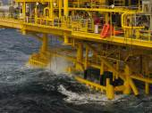 Oil and gas platform in the gulf or the sea, The world energy, Offshore oil and rig construction. — Stock Photo