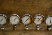 Old pressure gauge or damage pressure gauge of oil and gas industry on wooden background, Equipment of production process. — Φωτογραφία Αρχείου