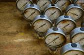 Old pressure gauge or damage pressure gauge of oil and gas industry on wooden background, Equipment of production process. — Стоковое фото