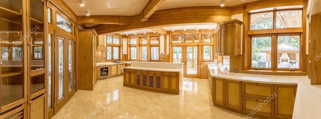 Houten keuken en marmeren vloer in landhuis — stockfoto ...