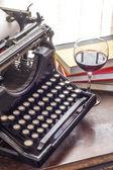 Vintage Typewriter Glass of Wine — Стоковое фото