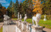 Sculptures in the autumn park — Foto de Stock