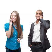 šťastné usmívající se podnikatelé volání do mobilních sítí — Stock fotografie